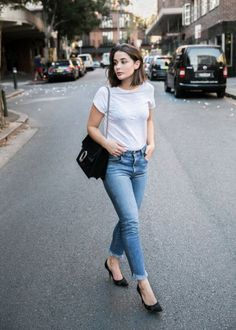 Here Are 5 Very Different Ways To Style A Basic White Tee - Cute Simple Spring Summer Time Street Style Outfit Style Désinvolte Chic, Style Noir, Style Casual, Casual Chic, Grey Style, Casual Heels, Simple Style, Smart Casual, Casual Looks