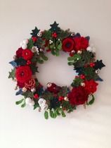 Christmas Crochet wreath made by Emily Ballard and inspired by Lucy of - Decoration İdeas Crochet Christmas Wreath, Crochet Wreath, Crochet Christmas Decorations, Crochet Decoration, Christmas Crochet Patterns, Holiday Crochet, Xmas Wreaths, Christmas Knitting, Crochet Flowers