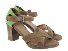 Sandalia bicolor fabricada en piel vacuno con tira al tobillo y cómodo tacón.