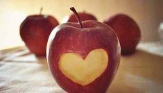"""<p>1-+Diminui+o+colesterol+A+maçã+é+rica+em+pectina,+uma+fibra+encontrada+principalmente+na+casca,+que+reduz+os+níveis+do+chamado+""""mau""""+colesterol.+Isto+porque+a+pectina+bloqueia+a+absorção+do+colesterol,+ajudando+o+corpo+a+usá-lo+em+vez+de+armazená-lo.+Uma+maçã+média+possui+cerca+de+quatro+gramas+…</p>"""