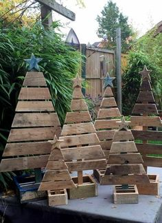 Reclaimed wood pallets provide an inexpensive DIY option for festive decor. Make wood pallet Christmas trees or Christmas card displays.