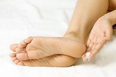 Which home remedies for cracked heels work? Learn various home remedies for cracked heels that have Coconut Oil Beauty, Natural Coconut Oil, Coconut Oil For Acne, Heal Cracked Heels, Cracked Feet, Cracked Skin, Foot Soak Recipe, Diy Foot Soak, Rough Heels