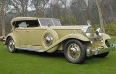 Phaeton is such a great name! This is a 1932 Packard, 904 Deluxe Eight, Dual Cowl Phaeton . Stunning.