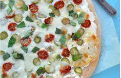 Pizza blanche au chèvre frais, asperges vertes et tomates confites