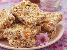 Müsliriegel mit Erdnussbutter und Honig | Kalorien: 96 Kcal - Zeit: 20 Min. | http://eatsmarter.de/rezepte/muesliriegel-mit-erdnussbutter-und-honig