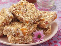 Selbstgemacht schmeckt doch alles besser, oder?Müsliriegel mit Erdnussbutter und Honig - smarter - Kalorien: 96 Kcal - Zeit: 20 Min. | eatsmarter.de