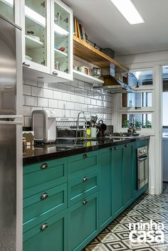 Once found only in the rear of the house, today's kitchen design takes the kitchen out the background. The challenge for kitchen design is in creat… Kitchen Dinning, New Kitchen, Kitchen Decor, Closed Kitchen, Kitchen Ideas, Dining Room, Kitchen Interior, Home Interior Design, Apartment Kitchen