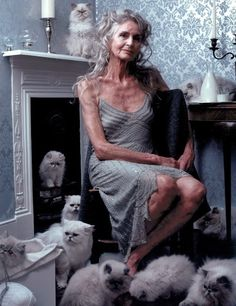 """Growing old is compulsory, growing up is optional"".exclaimed 90 year old supermodel Daphne Selfe. Well Daphne I agree and guarantee… Beautiful Old Woman, Beautiful People, Daphne Selfe, Mode Ab 50, Estilo Hippy, Advanced Style, Aged To Perfection, Ageless Beauty, Aging Gracefully"