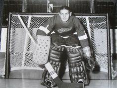 The late great Terry Sawchuk Ice Hockey Teams, Hockey Goalie, Hockey Stuff, Detroit Red Wings, Detroit Hockey, Hockey Pictures, Hockey Rules, Red Wings Hockey, Goalie Mask