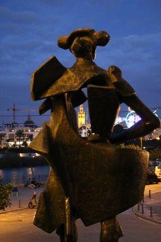 Sevilla. Barrio de Triana. Estatua del Torero Juan Belmonte junto al Puente de Triana. Pulse en la fotografía para ver #casa_en_Sevilla, Spain.