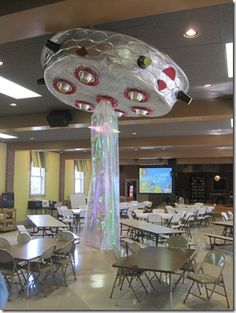 Easy to make UFO for a space party. Spray paint a regular kiddie pool silver. Add cups and plates for windows and gift basket wrap for laser. I think it could be better but a fun Idea!okay this is dumb but I like the idea of strips of shiny cellophane han Alien Party, Astronaut Party, Vbs Crafts, Space Crafts, Ufo, Diy Star, Atelier Theme, Space Classroom, Classroom Signs