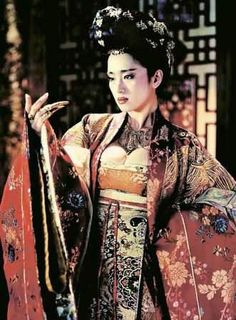 "Gong Li starring in ""Curse of the Golden Flower"". How do you see colour? #NgRoderick Geisha Meaning, Gong Li, Flower Costume, Oriental Fashion, Asian Fashion, Golden Flower, The Empress, Asian Angels, Chinese Actress"