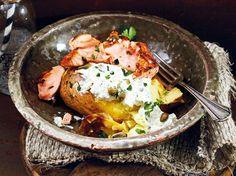 Unser beliebtes Rezept für Ofenkartoffel deluxe mit Lachs & Schmandsoße und mehr als 55.000 weitere kostenlose Rezepte auf LECKER.de.