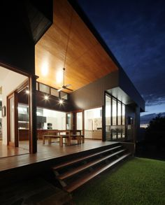 Beautiful outdoor eating area. I want this kitchen! Trickett / Shaun Lockyer Architects