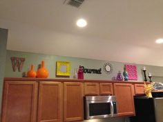 Image from http://www.sipsoups.com/img/2014/8/entrancing-top-of-kitchen-cabinets-decorations-decor-pinterest.jpg.