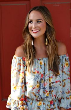 How To Style An Off The Shoulder Top - Lex What Wear #offtheshoulder #whitejeans #distressedwhitejeans #cagedsandals #floralprinttop #offtheshoulderblouse #prefallstyle #fallstyle #outfitideas #outfitinspiration