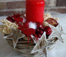 Vánoční svícen Wreaths, Candles, Table Decorations, Furniture, Home Decor, Candle Arrangements, Decoration Home, Door Wreaths, Room Decor