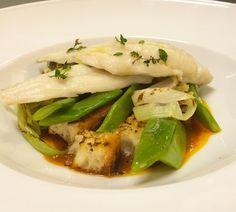 Merluzzo e il suo brodetto, taccole, cipollotto e bruschetta! Cod and its broth, flat green beans, spring onion and bruschetta! #parlobistro #special #weekend #merluzzo #brodetto #taccole #cipollotto #bruschetta #cod #flatbeans #springonion #fresh #fish #pesce #homemade #fattoincasa #food #yummy #yummyfood #foodporn