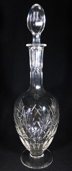 BACCARAT - Garrafa licoreira em cristal translucido de famosa manufatura francesa no formato de balaústre, lapidada e bisotada em palmas e facetada, borda revirada e base na forma circular. med: 34 cm de altura. Vendido por R$750,00. Jun15.