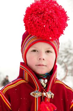 pinner says-Jokkmokk, Sweden. There are roughly indigenous Sami people who live in the Arctic and subarctic areas of Norway, Sweden, Finland, and the Russian Kola peninsula (collectively known as the Sápmi region). of them live in Swedish Lapland We Are The World, People Around The World, Beautiful Children, Beautiful People, Sweden Stockholm, Folk Costume, Costumes, Kola Peninsula, Boy Photos