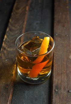 The Old Fashioned is a classic cocktail made with whiskey (bourbon), Angostura bitters, orange (or lemon) peel, and a muddled sugar cube. Beste Cocktails, Bourbon Cocktails, Whiskey Drinks, Classic Cocktails, Cocktail Drinks, Cocktail Recipes, Cocktail Videos, Bourbon Old Fashioned, Old Fashioned Drink