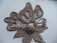 crocheted butterfly and flower Crochet Paisley, Irish Crochet Patterns, Crochet Butterfly, Freeform Crochet, Thread Crochet, Crochet Motif, Crochet Designs, Crochet Flowers, Crochet Stitches