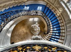 La cage de l'escalier de l'hôtel de ville depuis le dernier étage..., Versailles via Flickr.