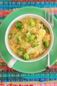 Broccoli and Cheddar Rice Bowl - Did you even know you could cook rice in the microwave? Not only rice but whole Mug Meals. (Mug Recipes Microwave) Microwave Mug Recipes, Rice In The Microwave, Microwave Meals, Cheesy Broccoli Rice, Broccoli And Cheese, Cheese Rice, Dorm Food, Single Serving Recipes, Cheddar