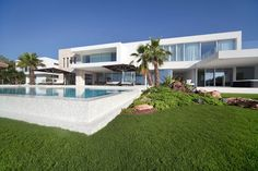 Open Air Kino, Villa Pool, Hotels, White Houses, Backyard, Dream Houses, Architecture, House Styles, Places