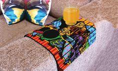 Bandeja flexible de teca Dimensiones: 33 x 27 cm Con esta bandeja única no solo tendrás donde apoyar los vasos sino que aportarás un toque de estilo a tu salón