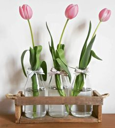 Reclaimed pallet wood rustic plant | bottle | vase | tray | carrier | holder | table decor | centerpiece | twine tray | twine centerpiece. Handmade wooden tray with thick hemp twine handles ideal for displaying seasonal flowers from the garden on a window sill, side table or as a table centerpiece.