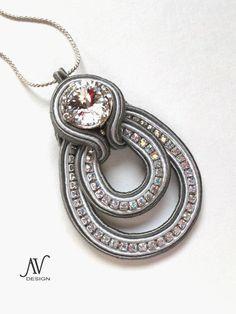 Soutache from Russia Soutache Pendant, Soutache Necklace, Diy Necklace, Wire Jewelry, Jewelry Crafts, Beaded Jewelry, Handmade Jewelry, Handmade Necklaces, Soutache Tutorial
