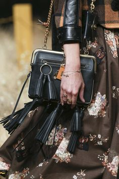 Coach 1941 Fall 2017 Ready-to-Wear Accessories Photos - Vogue Leather Chain, Leather Tassel, Metallic Leather, Leather Bags, New York Fashion, Fashion Week, Women's Crossbody Purse, Leather Crossbody, Small Shoulder Bag