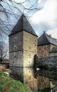 "Moated castle ""Haus Kemnade"" in Blankenstein, a borough of Hattingen - North Rhine-Westphalia - Germany. Most of the building is in renaissance or baroque styles Beautiful Castles, Beautiful Buildings, Beautiful Places, Palaces, North Rhine Westphalia, Castle In The Sky, Fairytale Castle, Castle Ruins, Fortification"