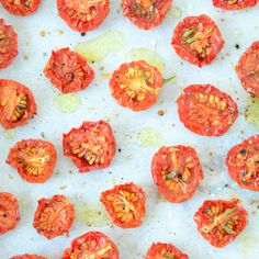 Deze gedroogde tomaatjes maak je makkelijk en snel, je droogt ze in de oven en…