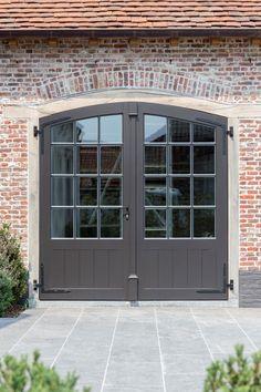 Laat je inspireren | Pouleyn Cottage Front Doors, House Doors, House Entrance, Garage Door Styles, Garage Doors, Etched Glass Door, Cosy House, Garage Apartments, Attic Apartment