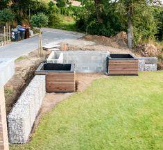 Attraktiv Gartenbauprojekt // Modernes Hochbeet Zur Hangabstützung Mit  Holzverkleidung Und Kiefernbepflanzung | Frei Geplant | Planung