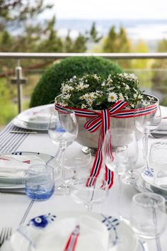 borddekking 17. mai - Google-søk Public Holidays, Table Decorations, Norway, Celebration, Diy, Weddings, Google, Dress, Home Decor