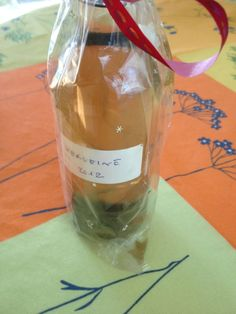 Ingrédients 1/2 litre d'alcool à 90° (offert par une amie viticultrice) environ 40 feuilles de verveine du jardin (de préférence cueillies en juin, avant la floraison) 1 gousse de vanille fendue en deux une rondelle de citron (bio maison) 1/2 litre d'eau...