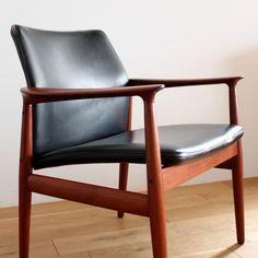 Vintage Arm chair / Grete Jalk/デンマークより買付けてきた1960年代頃のアームチェアを自社ワークショップでメンテナンスした商品。 こちらは、Grete jalk(グレーテ・ヤルク)のによるデザインのチェアです。 彼女の女性らしい曲線美を描いた家具は今も多くの人々に愛されており、こちら作品も柔らかなラインでデザインされています。#家具 #ヴィンテージ #北欧 #テーブル #デザイン #アンティーク #デンマーク #イギリス #チェア #グレーテ・ヤルク