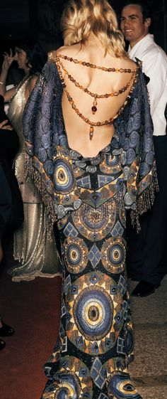 ygrittebardots:  starwarstyle:  A haute couture version of Padme's Tatooine Dress.  lectorel - It occurs to me that this is actually U-Anakin as hell, flirting with Padmé at a Senate event she's crashed while the people behind her try so very hard not to stare at her back.  Oh my god, yes. And not just the dress - Anakin got her hands on some kind of shimmery body-paint, and had Spark paint the edges of her scars to make them stand out more. Padme takes one look, and immediately asks Sabe…