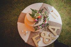 Matrimonio íntimo en Chilca - Perú de Fiore + Foncho // Torta de matrimonio con follaje http://www.velodevainilla.com/2016/10/18/fiorella-foncho-matrimonio-intimo-en-chilca/ Foto: Lotus Perú