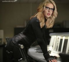 idk if this is real but i can imagince felicity wearing this and sara walks in and is like and suit? and felicitys like its comfortable. like season 2 episode 14 😆 Felicity Smoke, Arrow Felicity, Oliver And Felicity, Tv Girls, Emily Bett Rickards, Supergirl And Flash, Amanda Bynes, Celebs, Celebrities