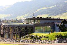 So sieht alpiner Lifestyle aus: Das Spa des Jungbrunn schmiegt sich in die Landschaft ein und sticht aufgrund seiner extravaganten Bauweise doch heraus