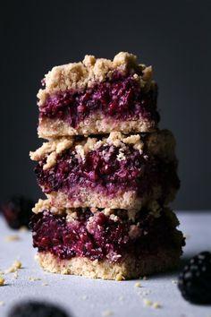 Blackberry Oat Bars - Wife Mama Foodie Add lemon zest + sliced almonds on top Quick Snacks, Healthy Snacks, Vegan Desserts, Dessert Recipes, Elegante Desserts, Oat Bars, Breakfast Cookies, Breakfast Ideas, Dessert Bars