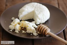 Cómo preparar fácilmente queso fresco casero sin cuajo Making Cheese At Home, How To Make Cheese, Charcuterie, No Dairy Recipes, Healthy Recipes, Queso Cheese, Homemade Cheese, Homemade Food, Colombian Food