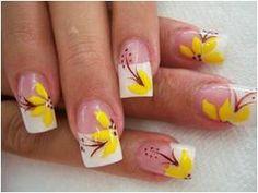 uñas con tips blancos, diseño de flores amarillas en todas la uñas