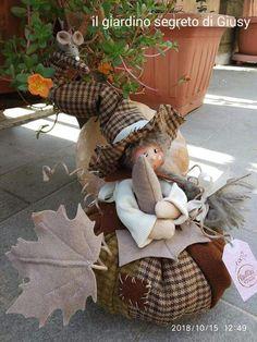Fabric Pumpkins, Fall Pumpkins, Primitive Fall Crafts, Crafts To Make, Diy Crafts, Adornos Halloween, Halloween Sewing, Autumn Display, Elves And Fairies