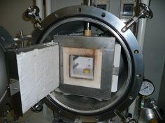 ジルコニア製の加圧棒を採用し、真空チャンバー内に加熱機構を設け、材料を高温雰囲気内でプレス焼成します。