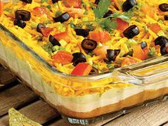 This 7 Layer Mexican Dip recipe looks and tastes great, and it's perfect for parties! This is a traditional recipe for Seven Layer Mexican Dip. It goes fast at parties and family gatherings, and couldn't be easier to put together. 7 Layer Mexican Dip, Mexican Dip Recipes, Mexican Dips, 7 Layer Taco Dip, Seven Layer Dip, 7 Layer Dip Recipe With Meat, Mexican Avocado, Appetizer Recipes, Snack Recipes